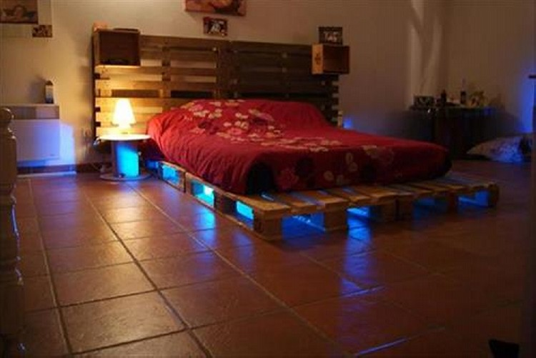 Pallet bed with lighting