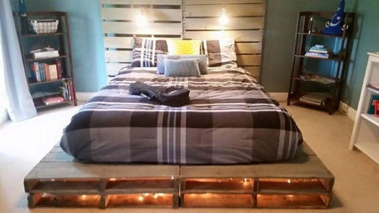 Pallets made beds lighting ideas upcycle art for Pallet bed with lights