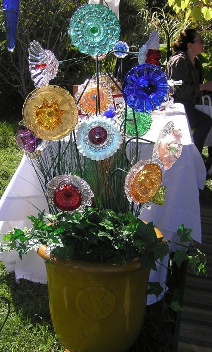 glass plates into garden flowers