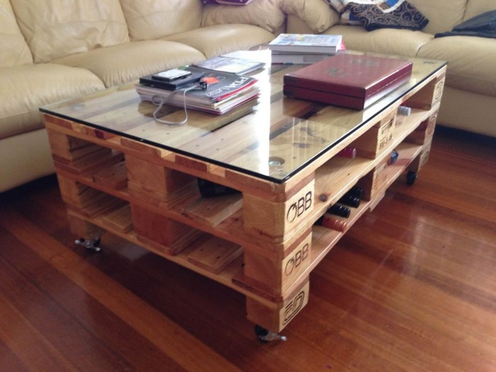 Pallet table ideas upcycle art for Table basse palette roulette