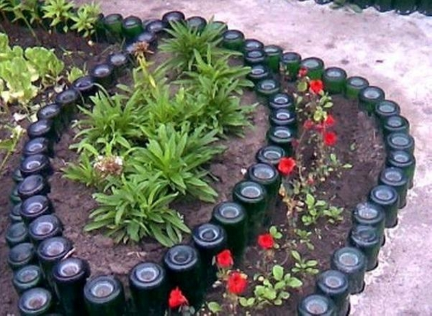 Garden ideas with used bottles upcycle art for Canteros de jardin