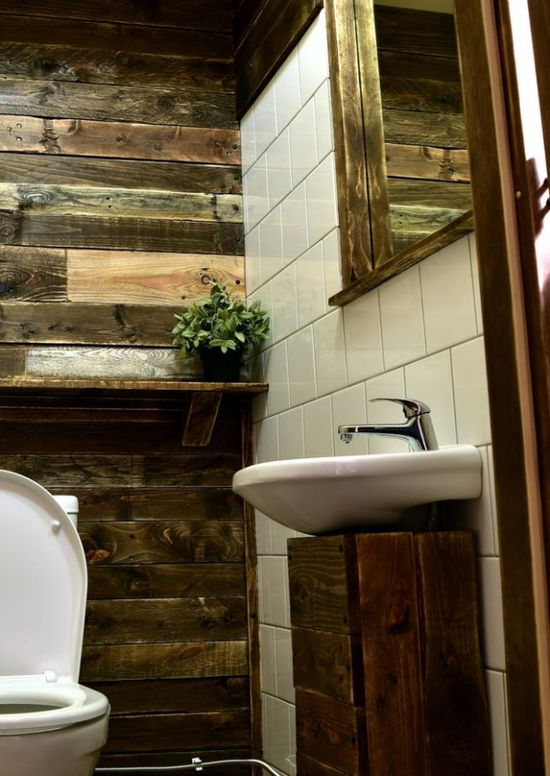 Bathroom wall decor with recycled pallets upcycle art for Pallet shower wall