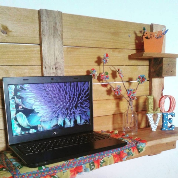 Pallet laptop wall shelf