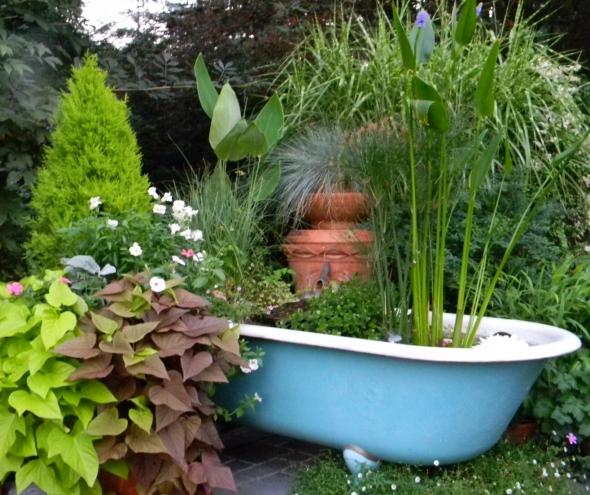 Creative ideas to recycle old bathtubs upcycle art for Outdoor pond tub