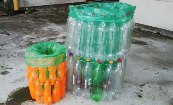 Recyclable trash cans with plastic bottles upcycle art for Recycled projects using plastic bottles