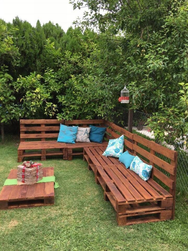 garden couch with pallets