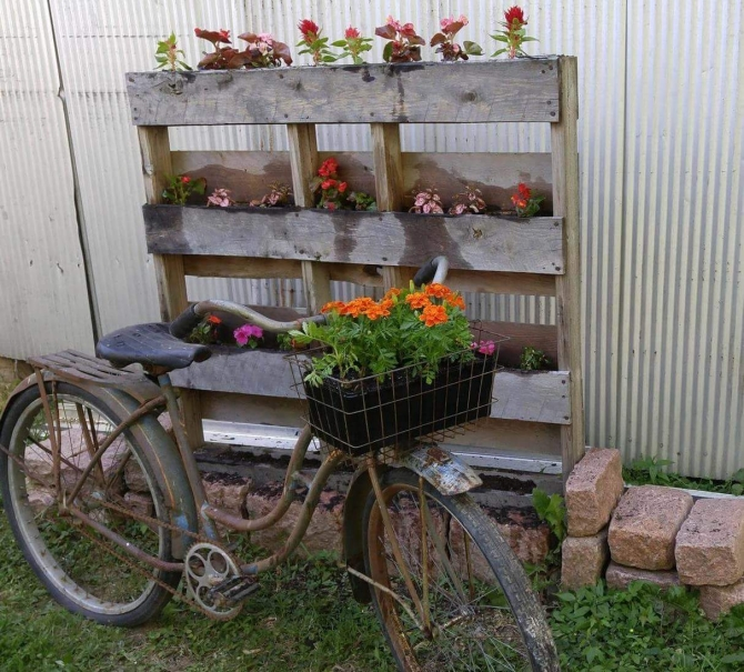 garden decor with wooden pallet
