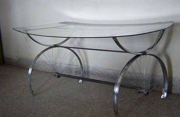 Tables made with recycled wheels of bike upcycle art for Bicycle wheel table