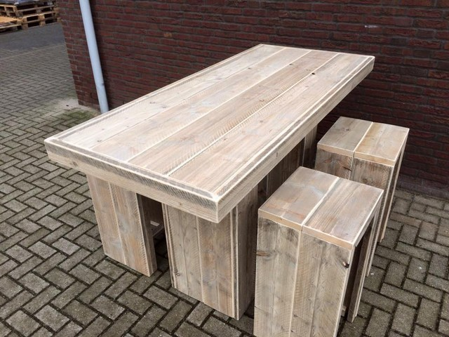 wooden pallet table with stools