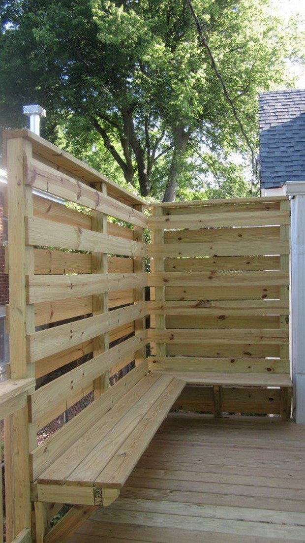 deck privacy with wooden pallets