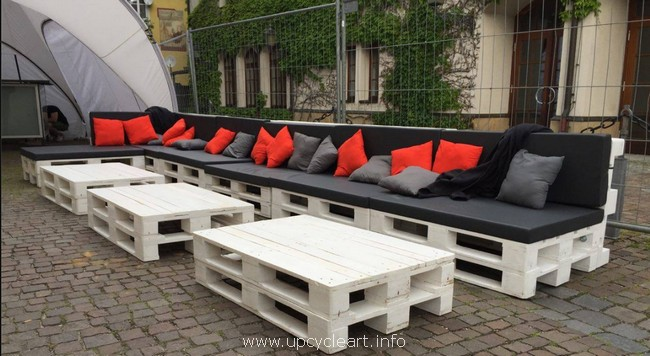 big pallet patio couch and tables