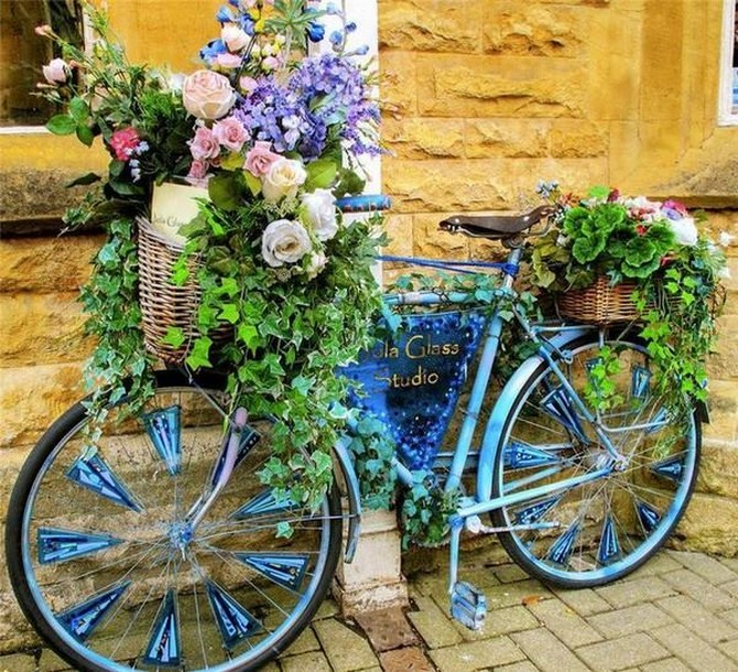 garden decor art with bicycle